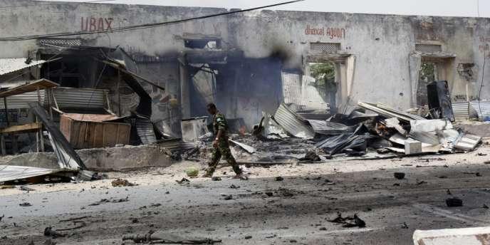 Un policier devant un bâtiment détruit par un attentat, le 13 février à Mogadiscio.