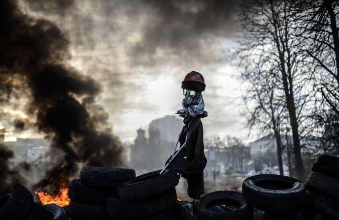 Police et manifestants s'accusent mutuellement d'avoir réouvert les hostilités après une nuit de calme - ici une barricade de pneus, le 21 février à Kiev.