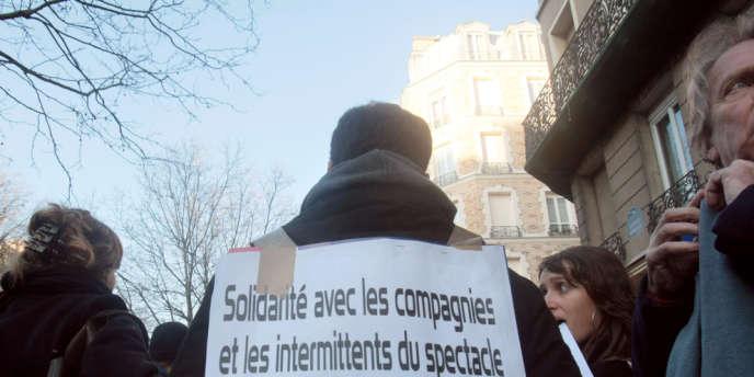 Paris, 23 décembre 2008, lors d'une précédente manifestation des intermittents du spectacle devant le siège parisien du Medef à Paris (7e).