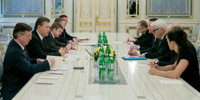 Le président ukrainien Viktor Ianoukovitch fait face au chef de la diplomatie allemande Frank-Walter Steinmeier et à ses homologues français Laurent Fabius et polonais Radoslaw Sikorski à Kiev, jeudi 20 février 2014.