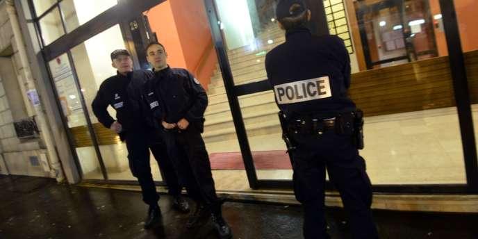 Des policiers devant l'immeuble où les deux femmes ont été assassinées, le 20 février.