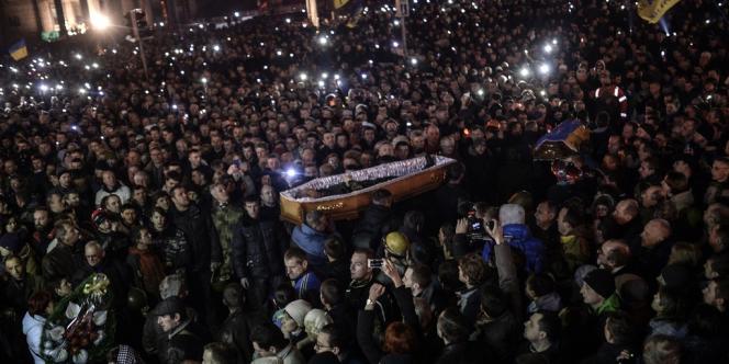 Autour des cercueils des manifestants tués pendant les affrontements, les opposants au régime réclament toujours le départ du président Viktor Ianoukovitch.