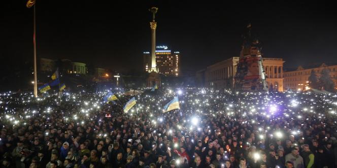 Les manifestants de Maïdan, en Ukraine, le 21 février. Ce soir-là, ils protestaient car ils ne se satisfaisaient pas de l'accord négocié par les chefs de l'opposition, et réclamaient le départ du président Ianoukovitch.