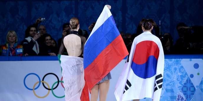 Kim Yu-na — ici de dos à droite, le 20 février — a terminé deuxième de l'épreuve féminine de patinage artistique derrière la Russe Sotnikova.