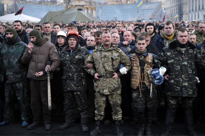 Les manifestants de Maïdan rendent hommage aux victimes de la répression policière, vendredi 21 février, à Kiev.
