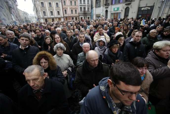 A Lviv, le samedi 22 février. La population marche en mémoire des victimes de Kiev, dont 19 seraient des habitants de la ville partis manifester dans la capitale.