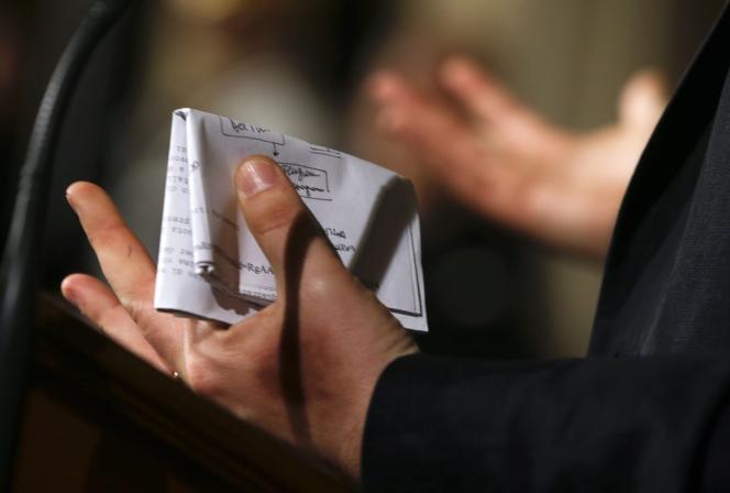 Matteo Renzi tient un papier récapitulant la composition du gouvernement, le 21 février à Rome.