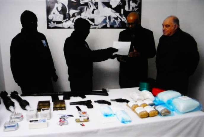 Capture d'écran d'une vidéo de janvier : Ram Manikka Lingam et Ronnie Kasrils, de la commission chargée de vérifier le processus de désarmement de l'ETA, réceptionnent un arsenal.