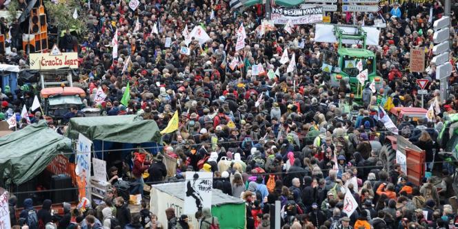 Selon la préfecture, la manifestation a rassemblé autour de 20 000 manifestants.