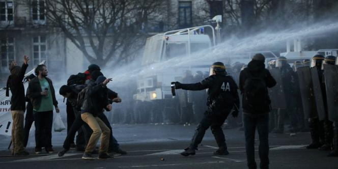 La manifestation des opposants à l'aéroport de Notre-Dame-des-Landes a dégénéré samedi 22 février 2014 à Nantes.