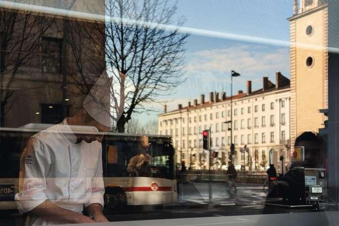Vues depuis la rue, les cuisines de L'Institut, le restaurant-école de Paul Bocuse place Bellecour, à Lyon.