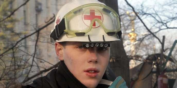 Un opposant et volontaire médical sur une barricade près du palais présidentiel à Kiev, le 21 février.