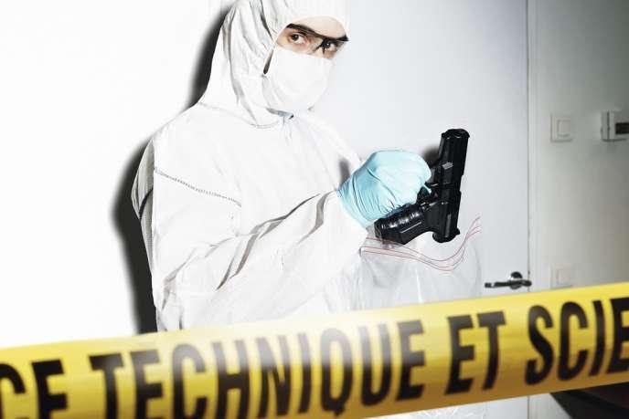 Des premiers gestes sur une scène de crime dépend toute la chaîne de la police scientifique. Aujourd'hui, il est désormais possible de relever des empreintes digitale et génétique sur une même trace.