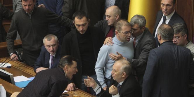 Au centre (assis), Volodymyr Rybak, l'ancien président de la Rada entouré par plusieurs députés ukrainiens, le 21 février 2014.