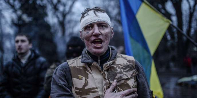 Un manifestant se félicite de la destitution du président ukrainien par le Parlement le 22 février.