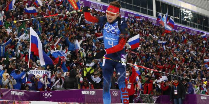 Le Russe Anton Shipulin célèbre la victoire de son pays lors du relais messieurs de biathlon, samedi 22 février.