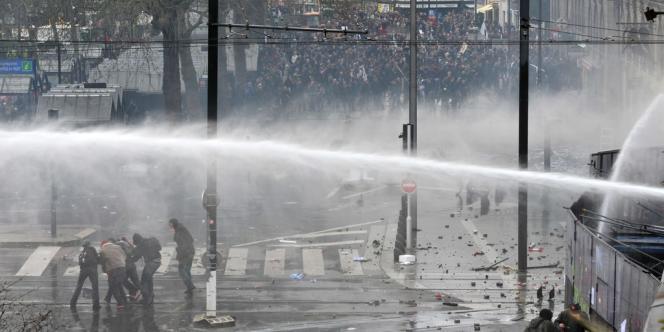 La police et les gendarmes mobiles ont fait usage, notamment, de grenades lacrymogènes et de canons à eau contre les militants lors de la manifestation du 22 février 2014.