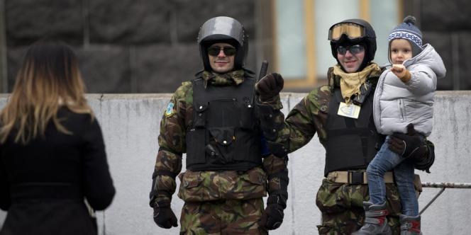 Des protestataires membres des unités de défense prennent la pose, dimanche 23 février, dans le centre de Kiev.