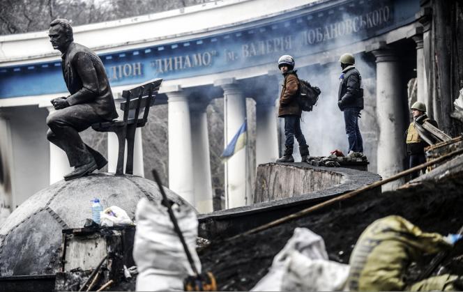 Des protestataires rassemblés sur les barricades du stade Dynamo, près de la place de l'Indépendance, le 23 février à Kiev.