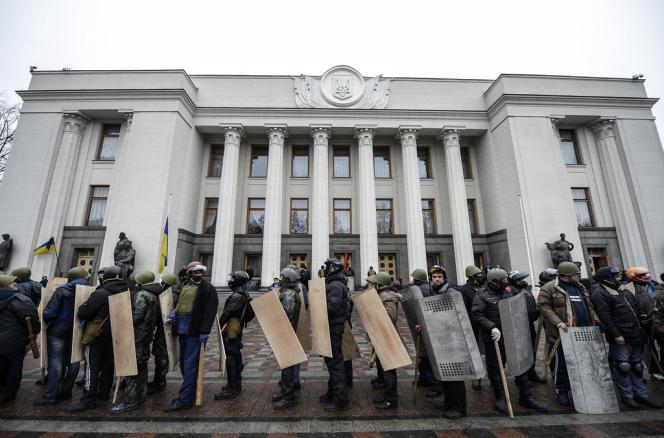 Les protestataires massés devant le Parlement, le 22 février à Kiev.