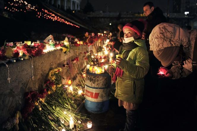Hommages aux morts de l'Ukraine place de l'Indépendance à Kiev, le 23 février.