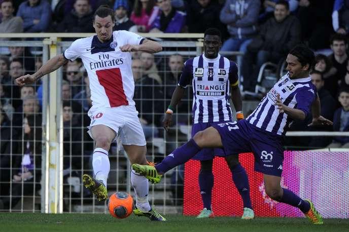Abel Aguila, de Toulouse, et Zlatan Ibrahimovic, du PSG, le 23 février à Toulouse.