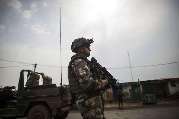 Un soldat français surveille un checkpoint à Bangui, le 23 février.