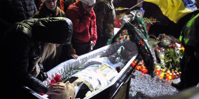 Cérémonie funéraire d'un homme mort lors des affrontements avec les forces de l'ordre le 22 février sur la place de l'indépendance à Kiev.