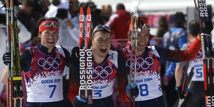 Le médaillé d'argent Maxim Vylegzhanine (à gauche), le vainqueur Alexandre Legkov (au centre) et Ilia Chernoousov, troisième (à droite), le 23 février.