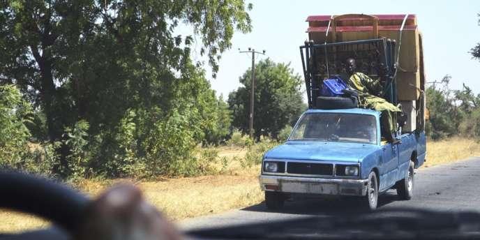 Un véhicule transportant des nigériens en fuite, après une attaque du groupe islamiste Boko Haram, dans l'Etat de Borno.