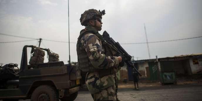Un soldat français de l'opération Sangaris à un checkpoint de Bangui, le 23 février.