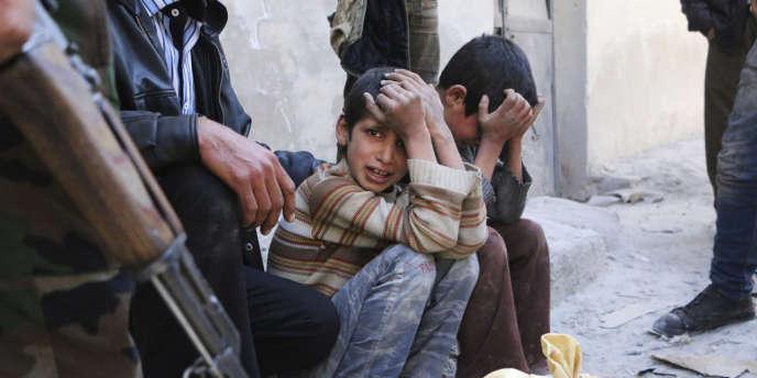 Des enfants pleurent devant le corps de leur mère, tuée, d'après les opposants, par les barils d'explosifs largués par les forces de Bachar Al-Assad, près d'Alep.