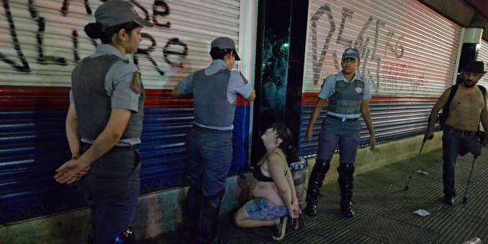 Une femme arrêtée pendant la manifestation anti-Mondial de football à Sao Paulo, le 22 février.
