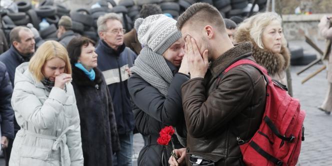 Kiev en deuil, dimanche 23 février, après une semaine tragique au cours de laquelle près de 80 personnes sont mortes.