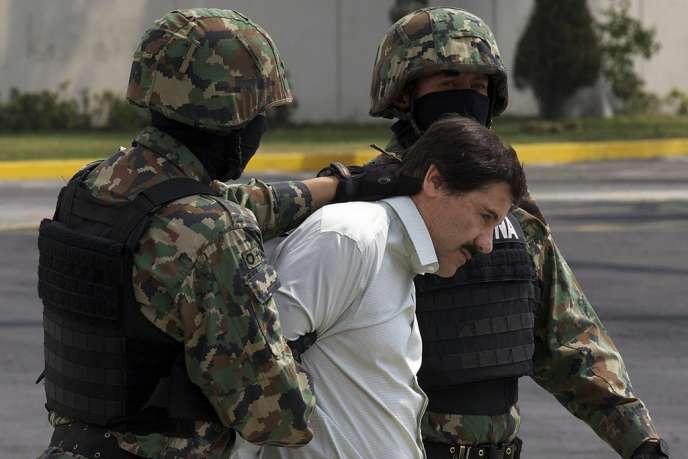 Joaquin Guzman Loera escorté vers un hélicoptère à Mexico par des militaires mexicains lors de son arrestation, le 22 février.
