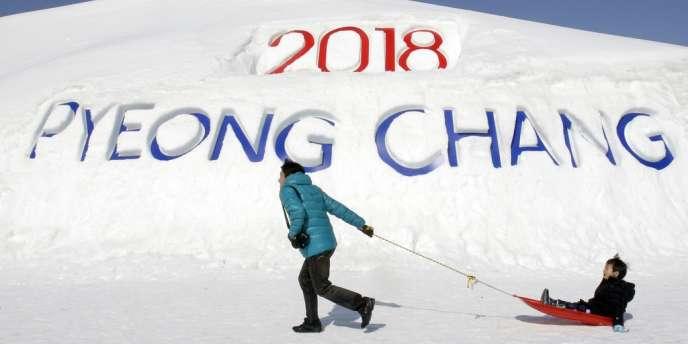 Un touriste passant devant le logo des prochains Jeux d'hiver de Pyeongchang (Corée du Sud) en 2018.