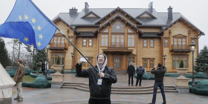 Les opposants viennent visiter la résidence de campagne de Ianoukovitch près de Kiev, le 22 février.