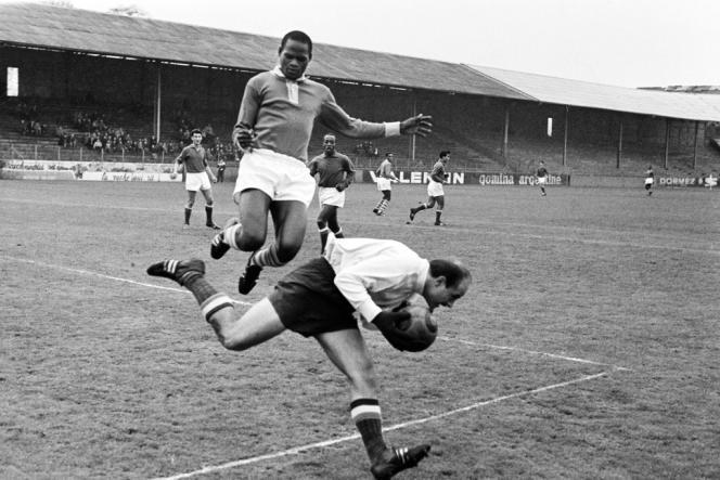 26 novembre 1961, le Red Star affronte l'équipe nationale du Cameroun, à Saint-Ouen.