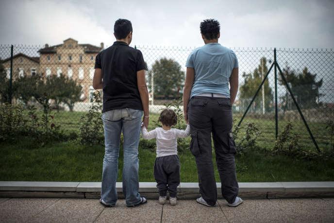 Raphaëlle et sa compagne Fabienne, avec l'un de leurs trois enfants, le 24 octobre 2012, près de Lyon.
