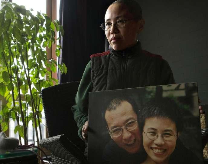 Le 6 décembre 2012, chez elle à Pékin, Liu Xia tient une photo d'elle et de son mari Liu Xiaobo.