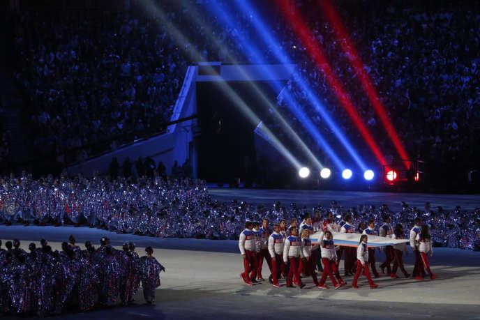 Des athlètes russes portent leur drapeau, le 23 février, dans le stade Ficht lors de la cérémonie de clôture des JO.