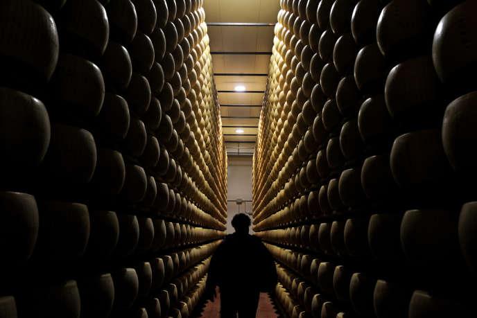 Dans une cave d'affinage de parmesan, à Valestra, en 2008.