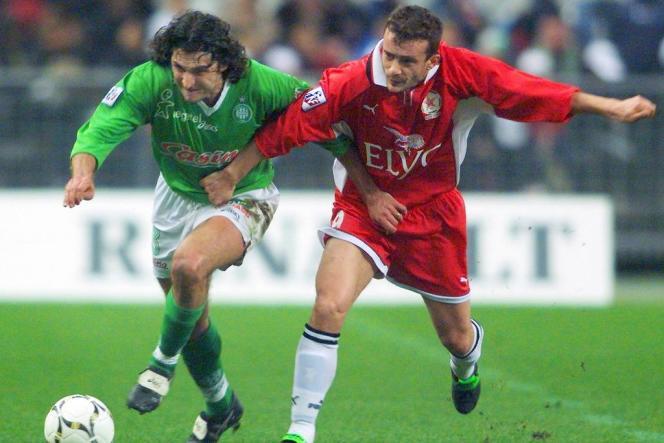 Le Stéphanois Patrick Guillou, à gauche, à la lutte avec L'Audonien Stéphane Crucet, lors de la 29e journée de D2, le 10 mars 1999 au Stade de France.