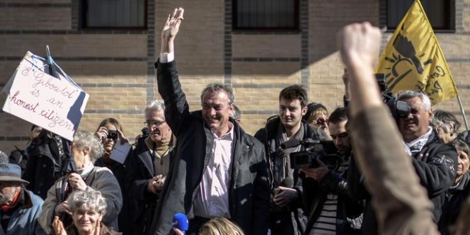 Le viticulteur Emmanuel Giboulot salue ses soutiens avant le début de son procès à Dijon, lundi 24 février.