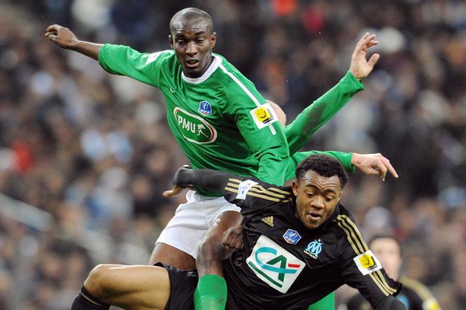 L'attaquant du Red Star Bira Dembele (à gauche) et le Marseillais Jordan Ayew, ici lors de la Coupe de France, le 7 janvier 2012 au Stade de France.