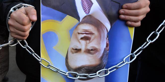 Le président ukrainien n'a pas donné signe de vie depuis et pourrait se cacher dans l'est du pays. Selon M. Avakov, il aurait été localisé à Balaclava, en Crimée, région autonome et majoritairement russophone. Il aurait depuis quitté la ville en voiture pour une destination inconnue en compagnie d'un de ses conseillers.