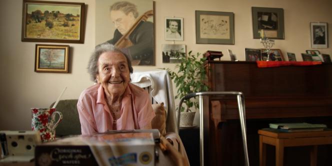 Photographie d'Alice Herz-Sommer en juillet 2010 dans son appartement, diffusée par les réalisateurs du documentaire