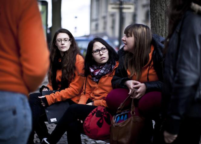 Des jeunes en service civique, à Saumur, le 19 décembre 2013.