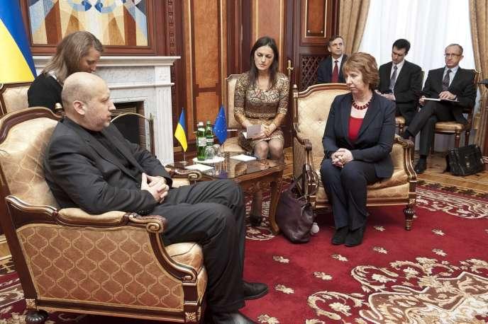 Catherine Ashton et Olexandre Tourtchinov, le président par intérim ukrainien, à Kiev, le 24 février.