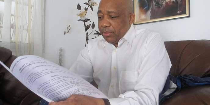 Charles Tchoungang, un avocat de Thierry Michel Atangana, lit le décret de remise de peine signé par le président camerounais, le 19 février.